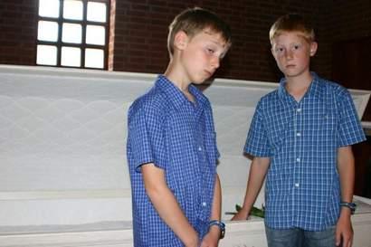 Jonas och Oscar vid sin storasysters kista