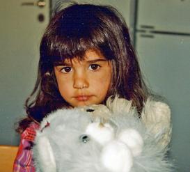 3-årig Linnéa med sina kissekatter