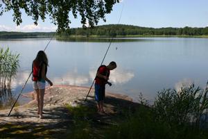 Oscar och Elin fiskar