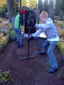 Pojkarna pysslar på storasysters grav...