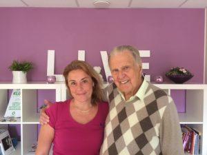 Jag och Jan Beskow när han kom på besök hos mig i våras. Två personer som ägnat mycket tid åt att rädda liv framför orden LIVE.